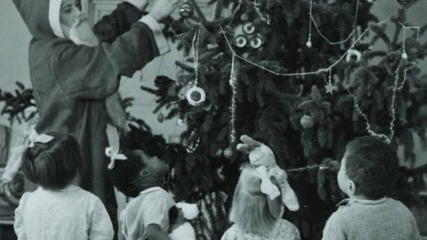 Children around a christmas tree at Oakley House