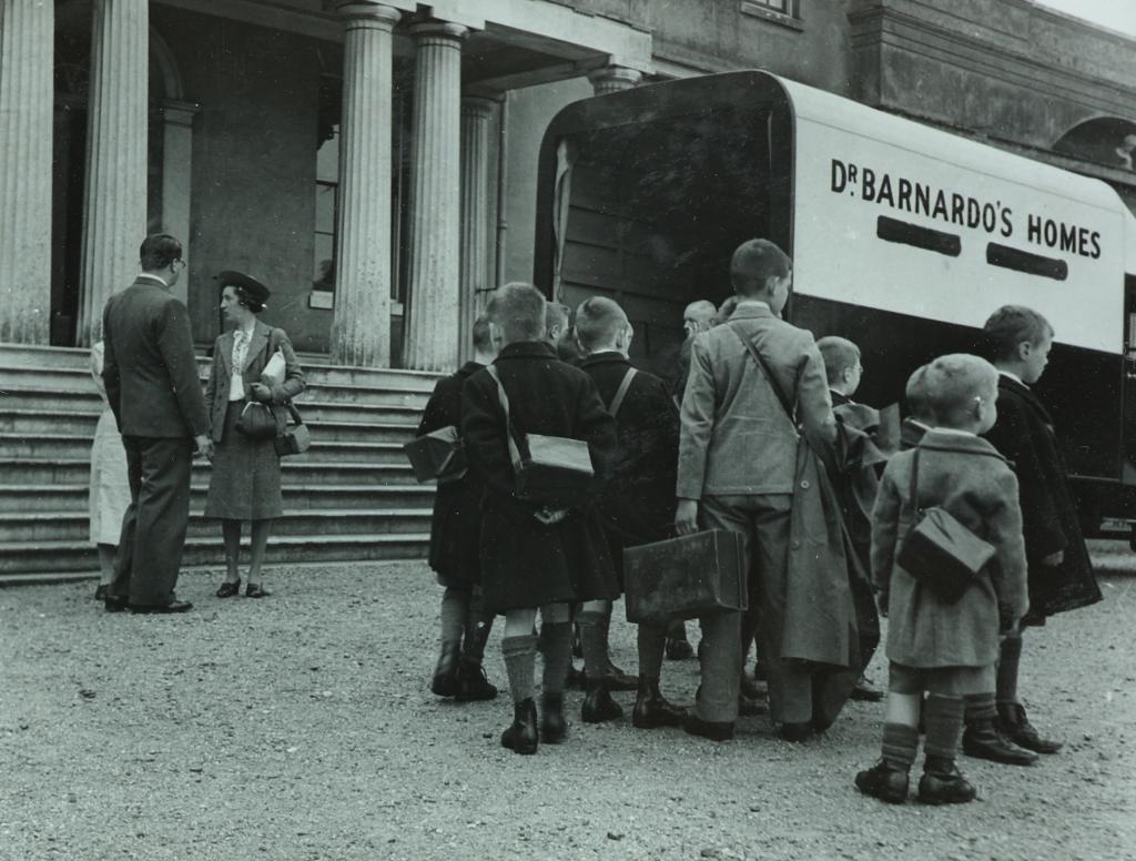 1940s children by Dr Barnardo's van